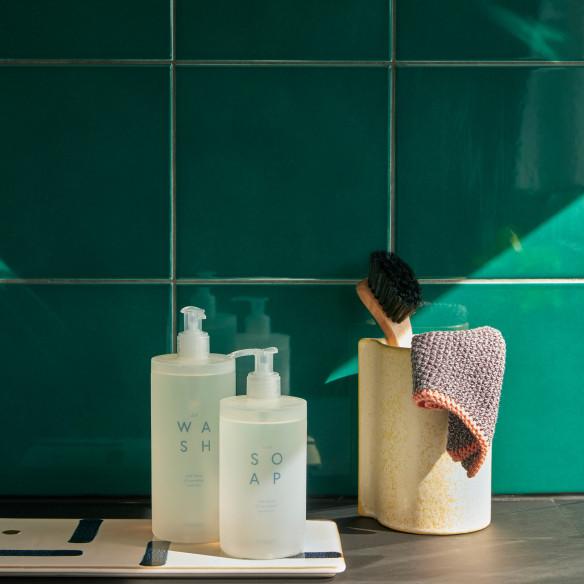 Det ser lækkert ud ved håndvasken med både sæbe og opvaskemiddel fra Hübsch