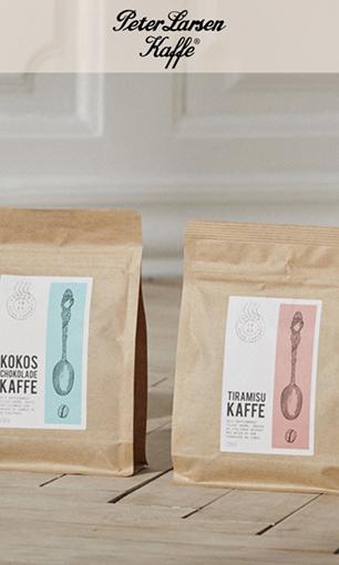 Her er både kapsler, hele kaffebønner og instant kaffe fra Peter Larsen Kaffe